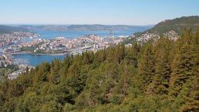 Abhang und Stadt auf Küste des Seegolfs Bergen, Norwegen stock footage