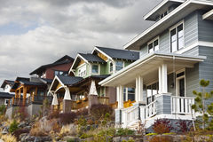 Abhang-zeitgenössische Retro- Häuser Stockfotos