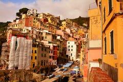 Abhangdorf von Riomaggiore, Italien Stockbilder