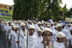 作为Gandhi打扮的1000个孩子召集在街道 库存照片