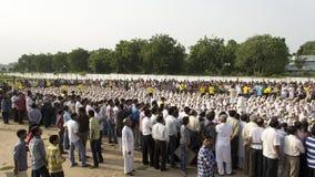 Os povos recolhidos em torno de Gandhi 1000 vestiram crianças foto de stock