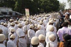 1000 Gandhi geklede kinderen die op straat lopen Stock Afbeelding
