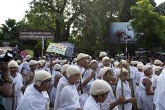 De kinderen kleedden zich als het verzamelen Gandhi op straat Royalty-vrije Stock Afbeelding
