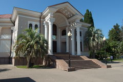 Abhaziya Θερμοκήπιο Arhitekturnoe του κτηρίου μουσικής με τις στήλες στοκ εικόνα