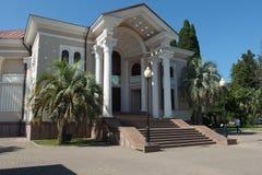 Abhaziya Arhitekturnoe音乐学院与专栏的大厦 库存图片