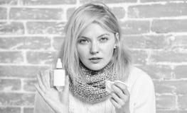 Abhilfe der Nasenspraylaufenden nase o Allergiekonzept Steuern Sie Behandlung automatisch an nathans lizenzfreie stockfotografie