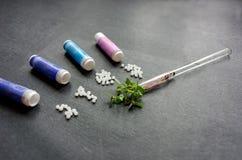 Abhilfen der homöopathischen Medizin auf schwarzem Hintergrund Lizenzfreie Stockbilder