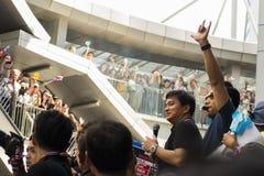 Abhisit Vejjajiva som tilltalar folkmassan Fotografering för Bildbyråer