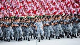 Abhängiges Marschieren der Marine während Wiederholung 2013 der Nationaltag-Parade-(NDP) Lizenzfreie Stockfotografie