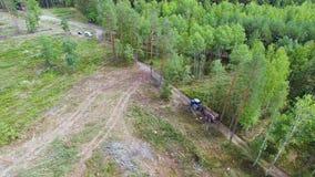 abholzung Traktor oder LKW transportiert, nimmt Bauholz, oder Klotz aus den Waldleuten heraus zerstören Natur Schattenbild des ka stock video