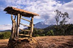 Abierto do terreno do un de Una puerta de campo en, crusados dos alambres do engodo do cerrada foto de stock