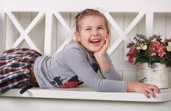 Abile alla moda della ragazza teenager sveglia vestito in vestiti sorridere felice e posare di alte mode nel tiro dello studio Fotografia Stock Libera da Diritti