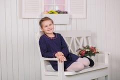 Abile alla moda della ragazza teenager sveglia vestito in vestiti sorridere felice e posare di alte mode nel tiro dello studio Fotografie Stock