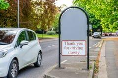 Abington parkerar ing?ngstecknet mellan vandringsledet och v?gen i northampton England UK royaltyfria bilder