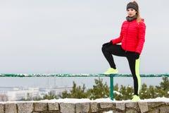 Abiti sportivi d'uso della donna che si esercitano durante l'inverno Immagini Stock Libere da Diritti
