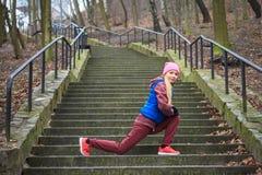 Abiti sportivi d'uso della donna che si esercitano fuori durante l'autunno Fotografie Stock