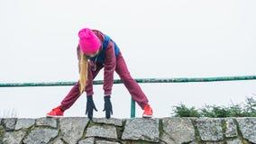 Abiti sportivi d'uso della donna che si esercitano fuori durante l'autunno Fotografia Stock