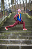 Abiti sportivi d'uso della donna che si esercitano fuori durante l'autunno Fotografie Stock Libere da Diritti