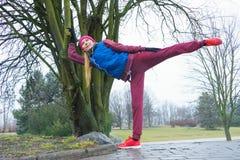 Abiti sportivi d'uso della donna che si esercitano fuori durante l'autunno Fotografia Stock Libera da Diritti