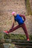Abiti sportivi d'uso della donna che si esercitano fuori durante l'autunno Immagine Stock Libera da Diritti