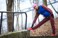 Abiti sportivi d'uso della donna che si esercitano fuori durante l'autunno Immagini Stock