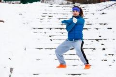 Abiti sportivi d'uso della donna che si esercitano fuori durante l'inverno Fotografia Stock Libera da Diritti