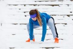 Abiti sportivi d'uso della donna che si esercitano fuori durante l'inverno Immagine Stock Libera da Diritti