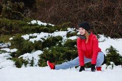 Abiti sportivi d'uso della donna che si esercitano fuori durante l'inverno Fotografie Stock Libere da Diritti