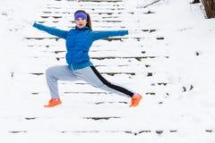 Abiti sportivi d'uso della donna che si esercitano fuori durante l'inverno Fotografia Stock
