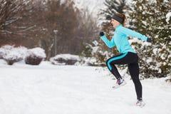 Abiti sportivi d'uso della ragazza corrente, forma fisica di inverno Fotografie Stock
