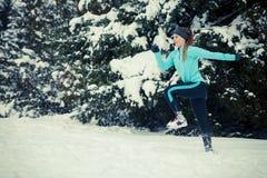 Abiti sportivi d'uso della ragazza corrente, forma fisica di inverno Fotografia Stock