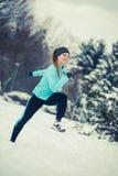 Abiti sportivi d'uso della ragazza corrente, forma fisica di inverno Immagini Stock Libere da Diritti