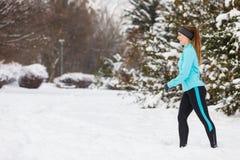 Abiti sportivi d'uso della ragazza corrente, forma fisica di inverno Fotografia Stock Libera da Diritti