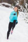 Abiti sportivi d'uso della ragazza corrente, forma fisica di inverno Immagine Stock Libera da Diritti