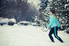 Abiti sportivi d'uso della ragazza corrente, forma fisica di inverno Fotografie Stock Libere da Diritti