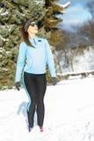 Abiti sportivi d'uso di inverno della ragazza diritta, fondo degli alberi Fotografia Stock Libera da Diritti