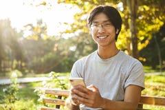 Abiti sportivi d'uso sorridenti dell'uomo asiatico dell'atleta fotografia stock