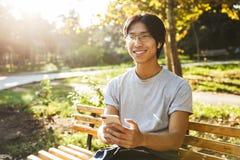 Abiti sportivi d'uso sorridenti dell'uomo asiatico dell'atleta fotografie stock libere da diritti