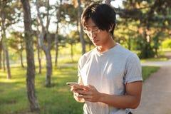 Abiti sportivi d'uso sorridenti dell'uomo asiatico dell'atleta fotografia stock libera da diritti