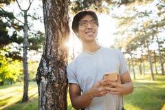 Abiti sportivi d'uso sorridenti dell'uomo asiatico dell'atleta immagini stock libere da diritti