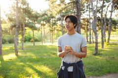 Abiti sportivi d'uso sorridenti dell'uomo asiatico dell'atleta fotografie stock