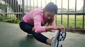 Abiti sportivi di modo della ragazza di sport di forma fisica che fanno esercizio di forma fisica di yoga in via Immagini Stock Libere da Diritti