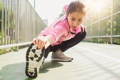 Abiti sportivi di modo della ragazza di sport di forma fisica che fanno esercizio di forma fisica di yoga in via Fotografia Stock Libera da Diritti