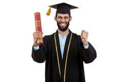 Abito d'uso laureato sorridente allegro e cappuccio del maschio isolati su bianco immagine stock libera da diritti