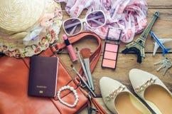 Abito degli accessori per il vestiario di viaggio avanti per il viaggio Immagini Stock