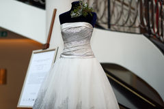 Abito di nozze del platino progettato da Mauro Adami Fotografie Stock Libere da Diritti