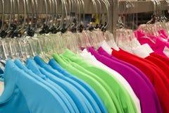 Abito di plastica di modo dei ganci dello scaffale dell'abbigliamento della vendita al dettaglio Immagini Stock Libere da Diritti