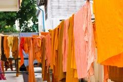Abito giallo del monaco buddista sul filo stendiabiti Fotografia Stock