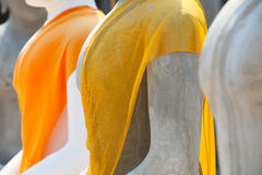 Abito giallo della statua del buddha, DOF poco profondo. Immagini Stock