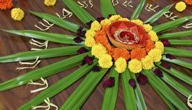 Abitudine indù di festival della visualizzazione di disegno floreale Fotografia Stock